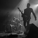 Effet de lumière sur batteur de Blackbird Hill avec le guitariste en premier plan. Réaliser par Machicoulis